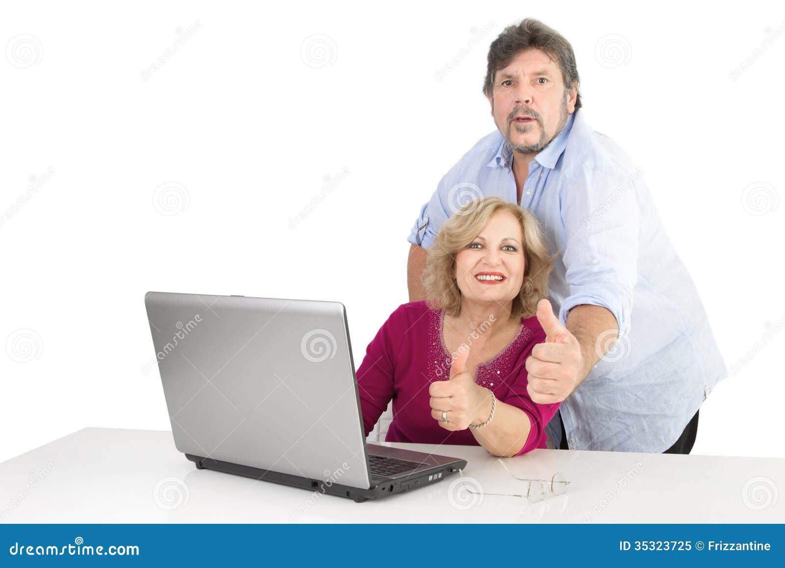 Reife Daumen des glücklichen Paars oben - Mann und Frau lokalisiert auf Weiß
