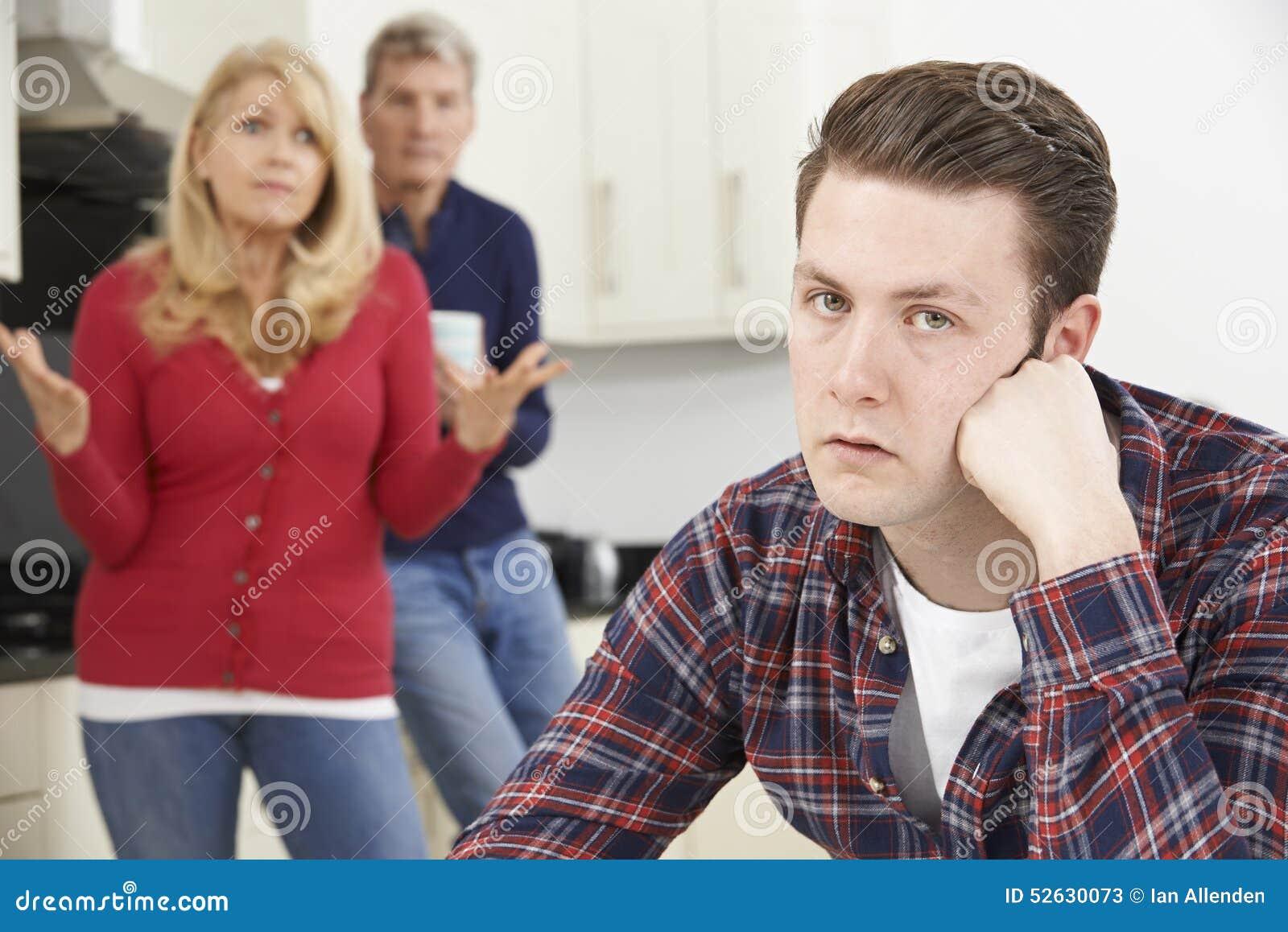Reife Eltern frustriert mit dem erwachsenen Sohn, der zu Hause lebt