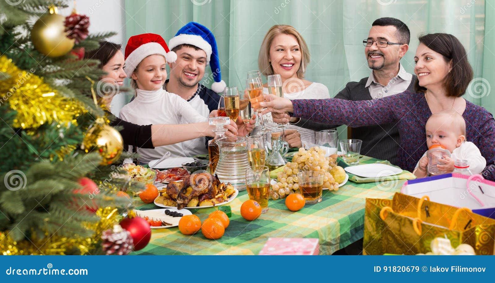 reife eltern mit den kindern die frohe weihnachten feiern. Black Bedroom Furniture Sets. Home Design Ideas
