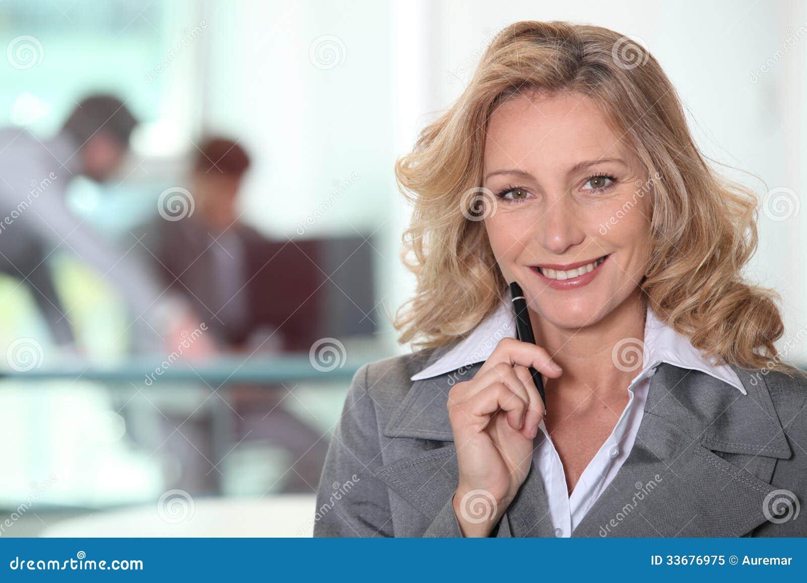 Reife Frau in der grauen Klage