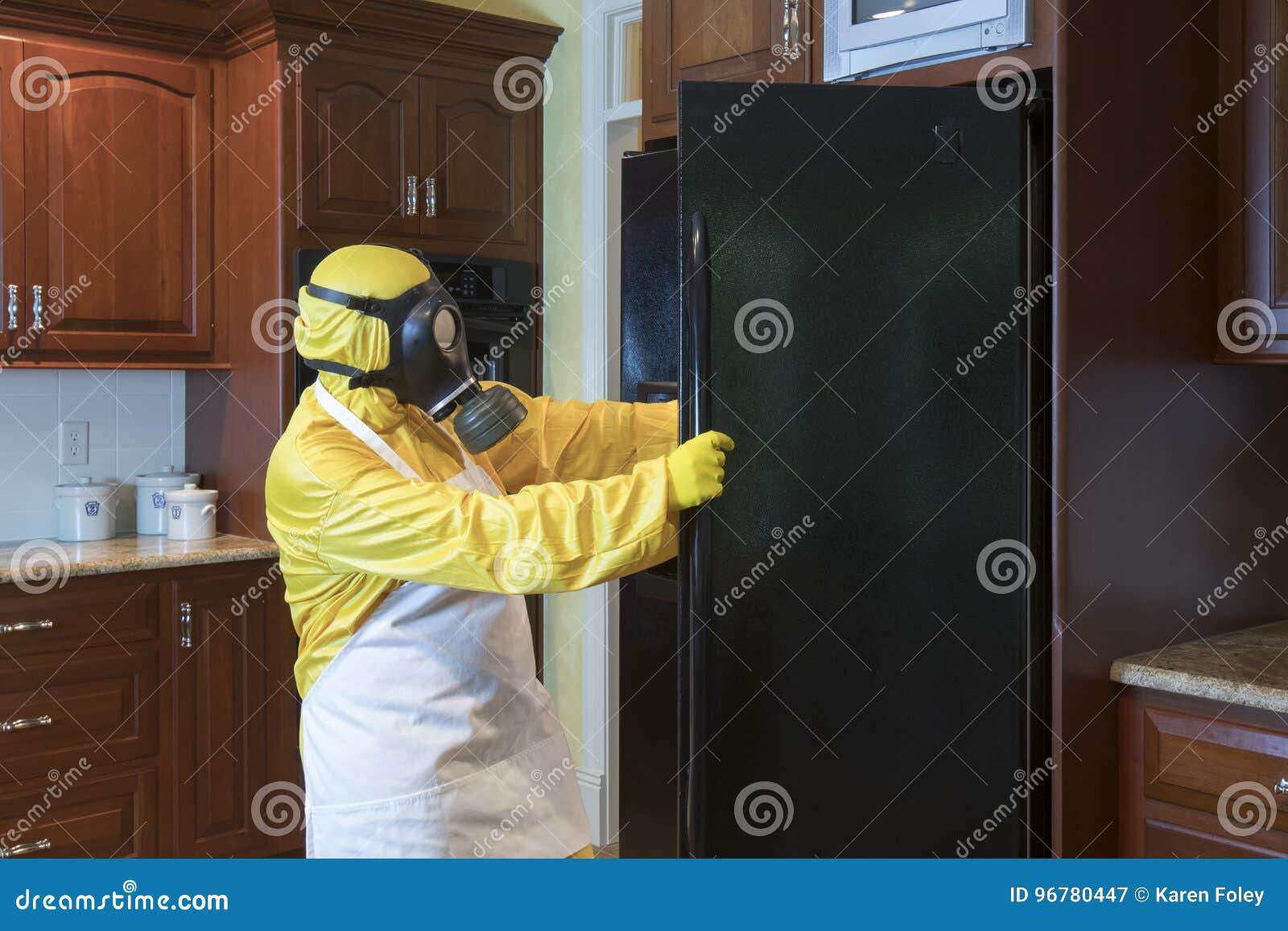 Kühlschrank Matten : Reife frau in der haz mattenklage die im kühlschrank schaut