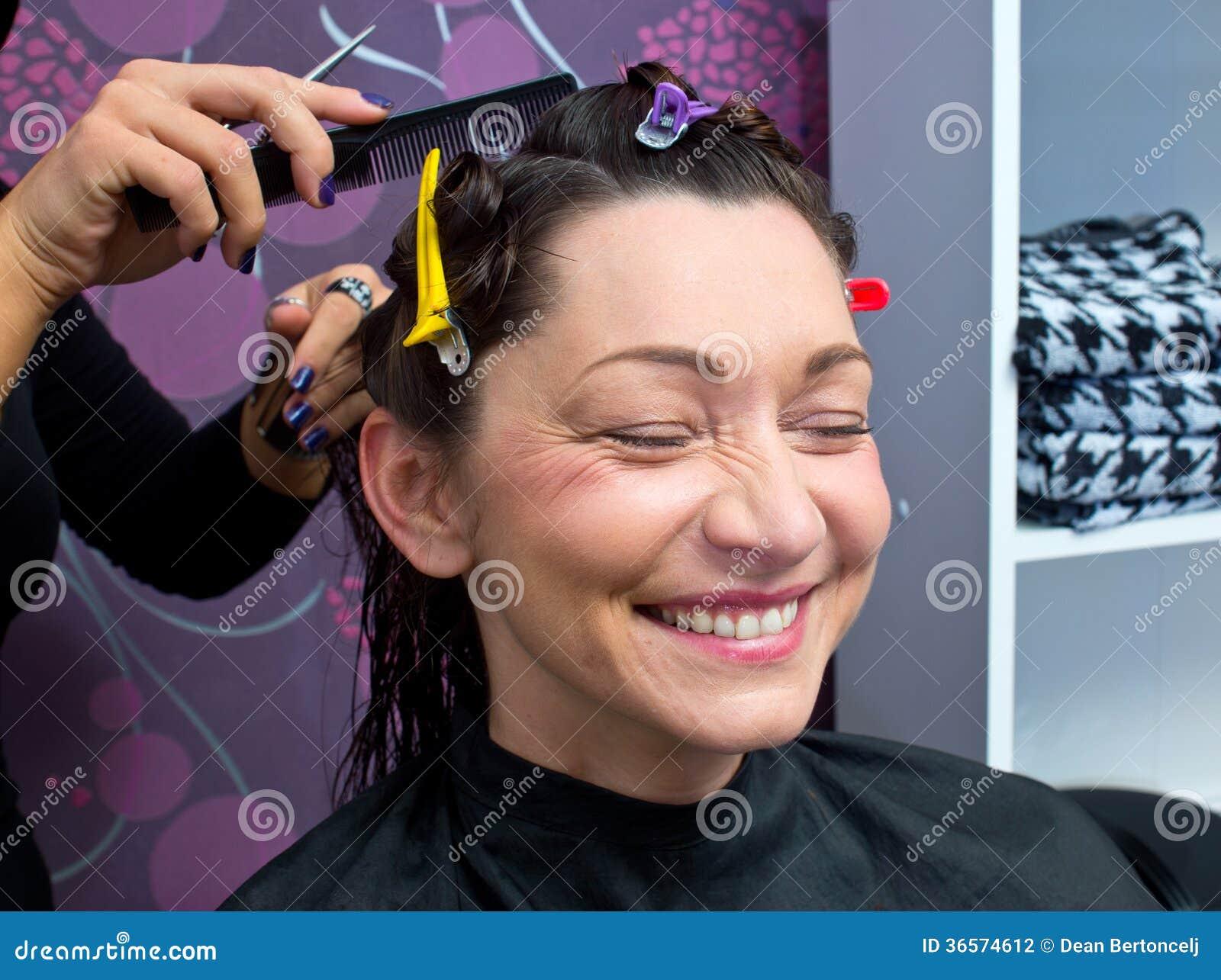 Reife Frau Die Neuen Haarschnitt Macht Stockfoto Bild Von Kopf