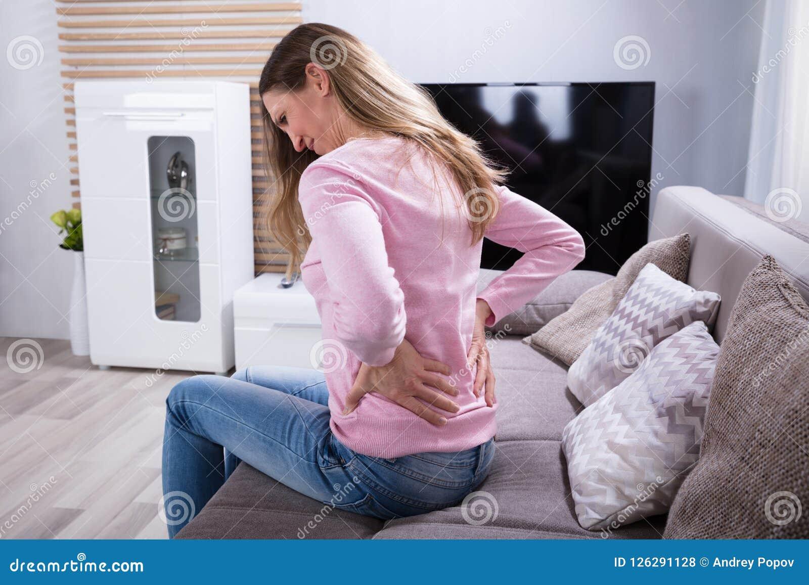 Reife Frau, die unter Rückenschmerzen leidet