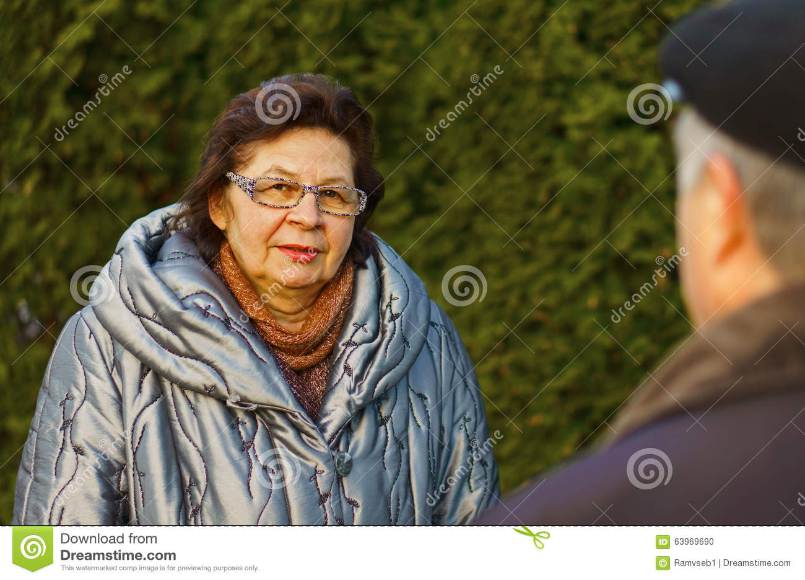 Reife Frau in einem Stadtpark
