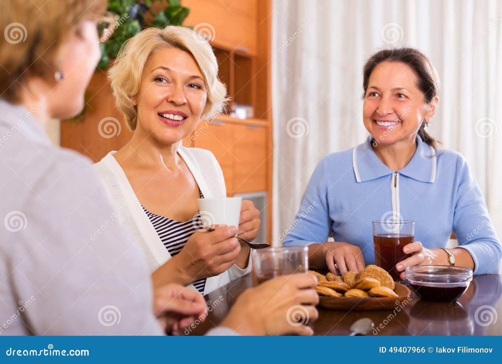 Download Reife Frauen, Die Kaffeepause Haben Stockfoto - Bild von wohnung, beiläufig: 49407966