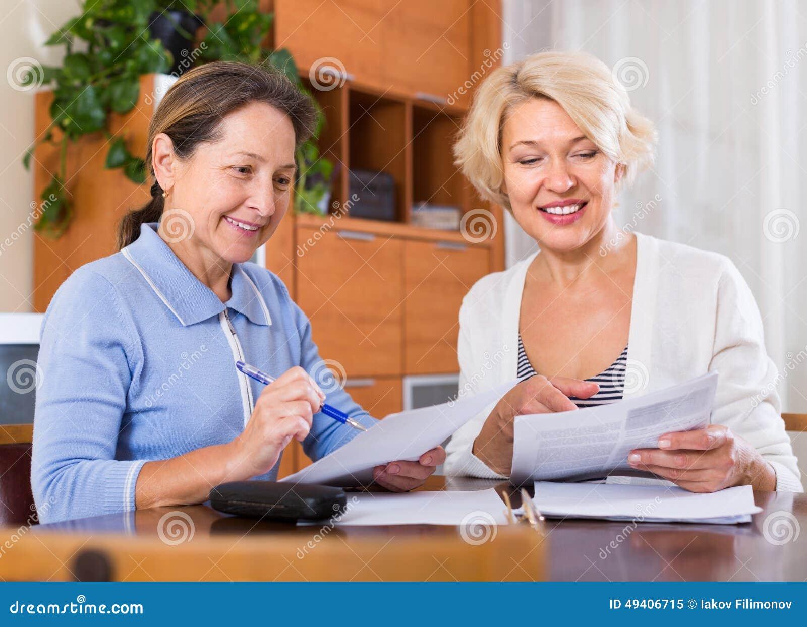 Download Reife Frauen Mit Dokumenten Stockbild - Bild von finanzierung, innen: 49406715
