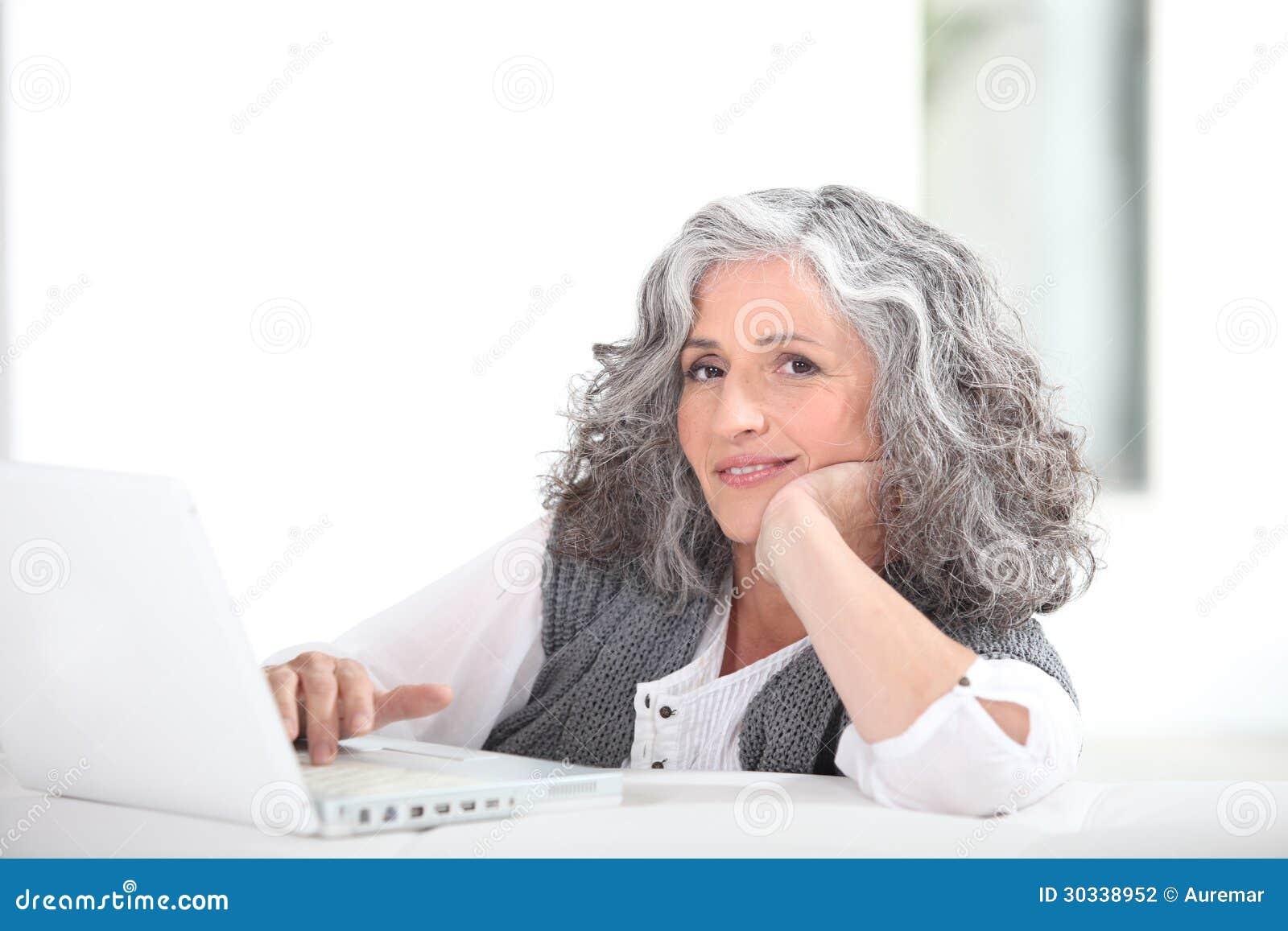 Reife grau-haarige Dame stockfoto. Bild von fällig, älter