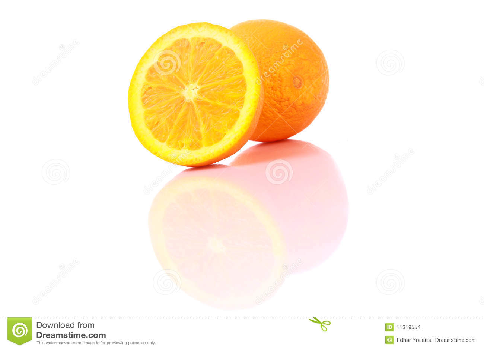 Reife orange Früchte, getrennt auf Weiß