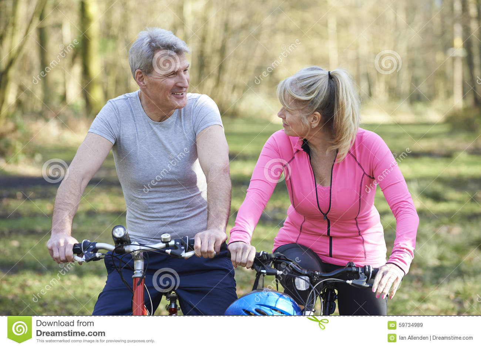Reife Paare auf Zyklus-Fahrt in der Landschaft zusammen