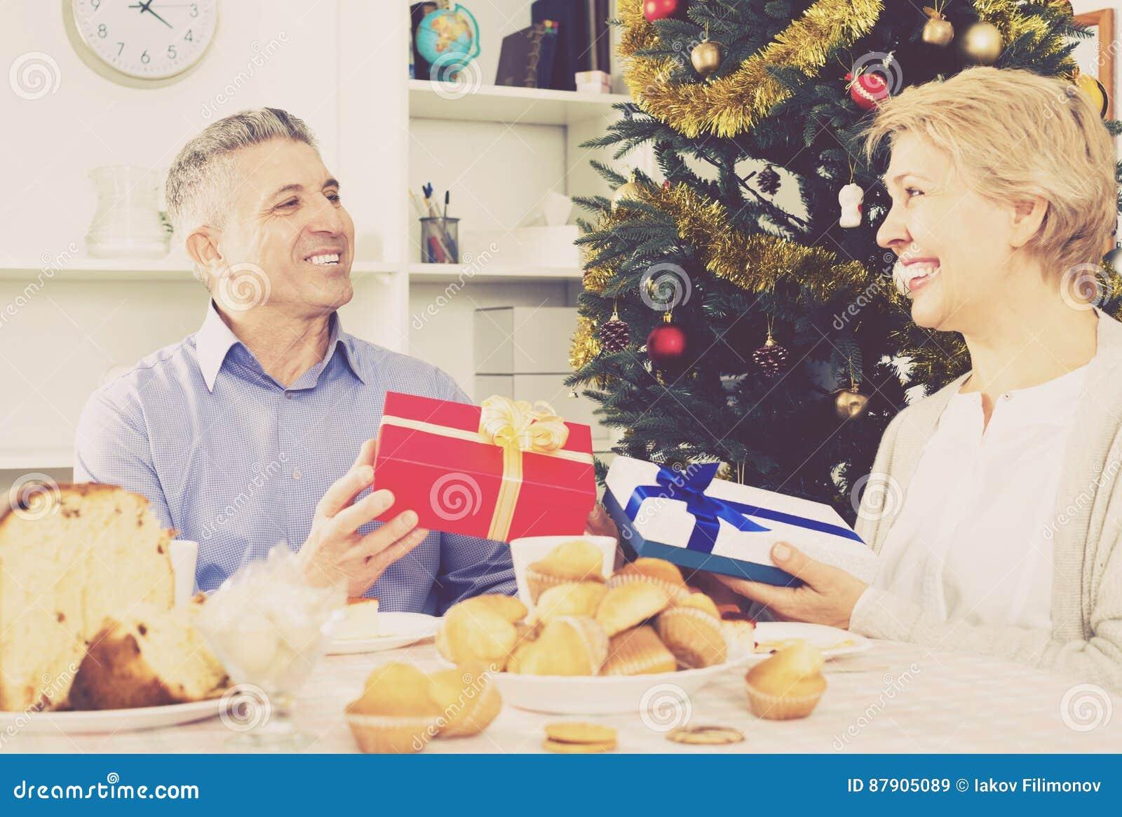 Reife Paare Geben Weihnachtsgeschenke Stockbild - Bild von geschenk ...