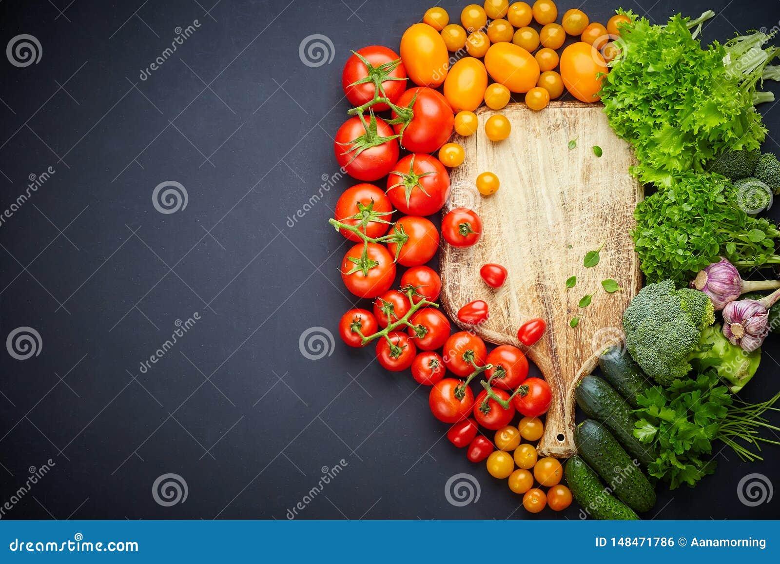 Reife rote und gelbe Tomaten schlie?en oben mit gr?nem Blatt und Wassertropfen
