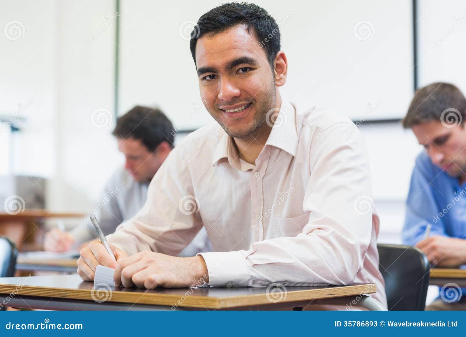 Reife Studenten, die Kenntnisse im Klassenzimmer nehmen