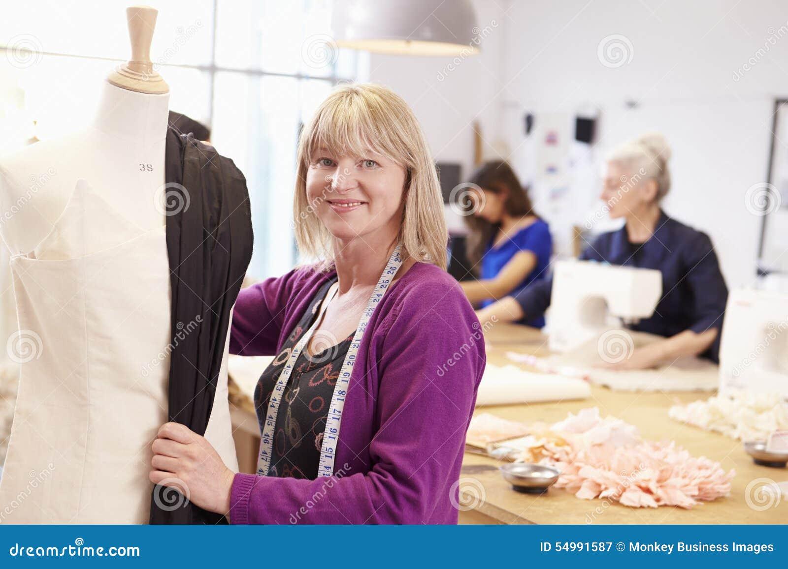 Mode Und Design Studium | Reife Studenten Die Mode Und Design Studieren Stockbild Bild Von