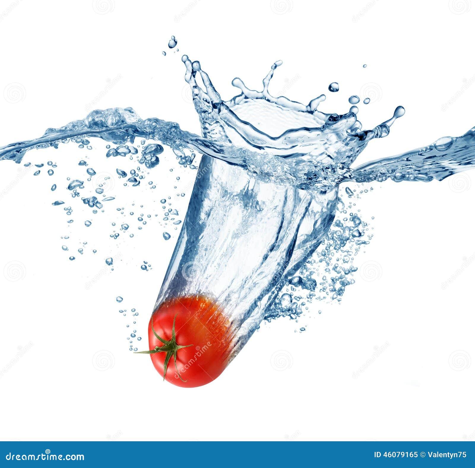 Reife Tomate fällt tief unter Wasser