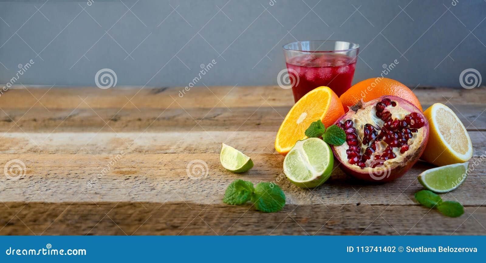 Reife Zitrusfrucht auf dem alten Holztisch Orange, Kalk, Zitronen-Minze Gesunde Nahrung Blaues Meer, Himmel u