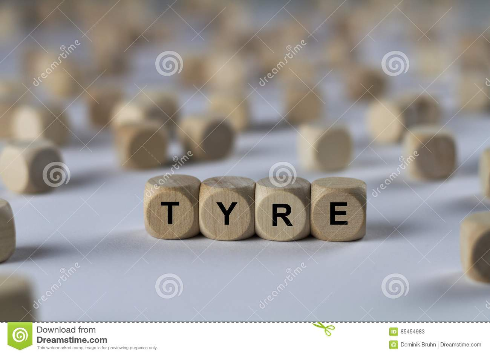Reifen - Würfel mit Buchstaben, Zeichen mit hölzernen Würfeln