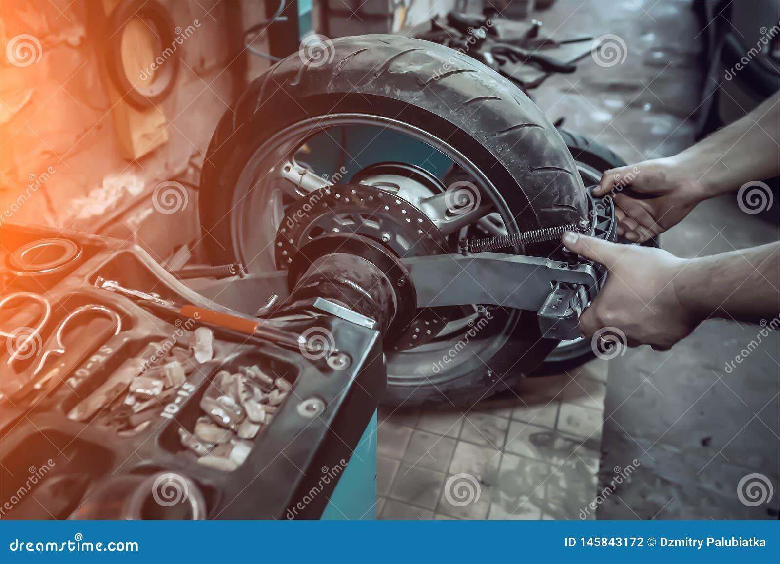 Reifenservice eines Motorradrades