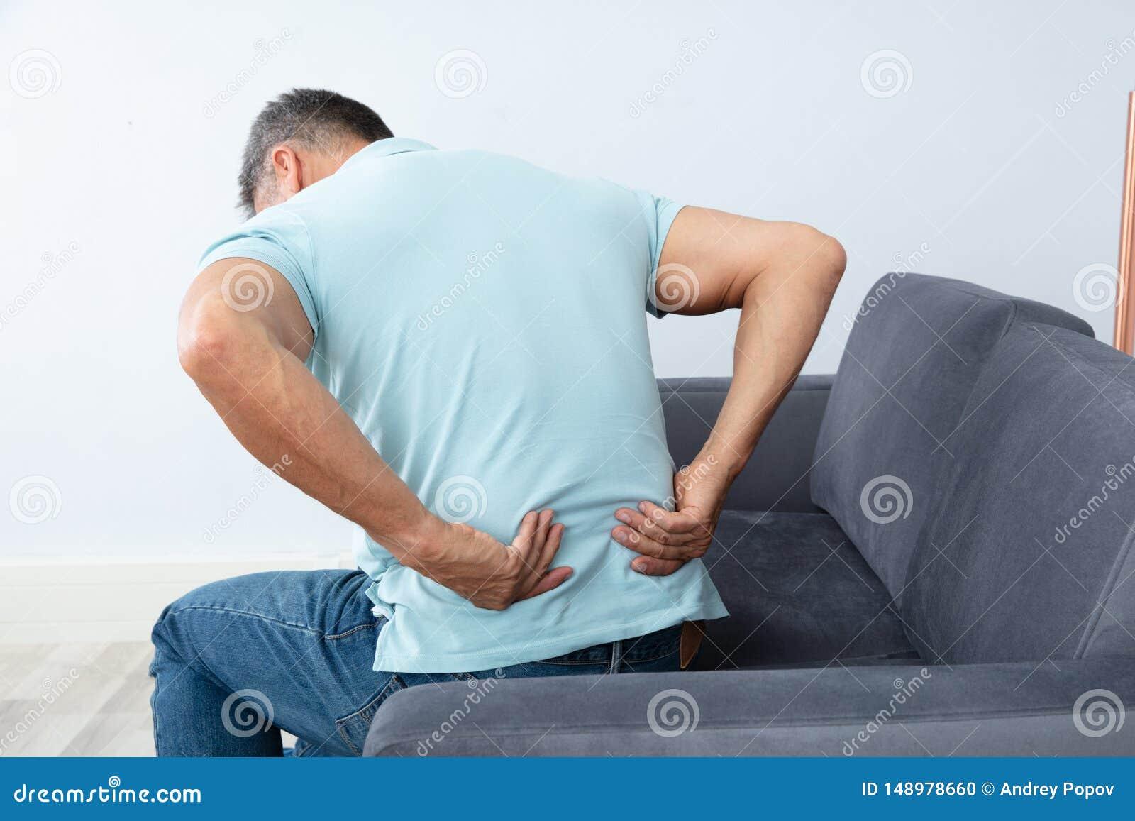 Reifer Mann, der unter R?ckenschmerzen leidet