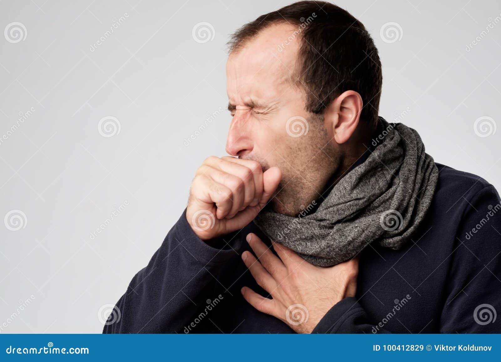 Reifer Mann ist von den Kälten oder von der Pneumonie krank