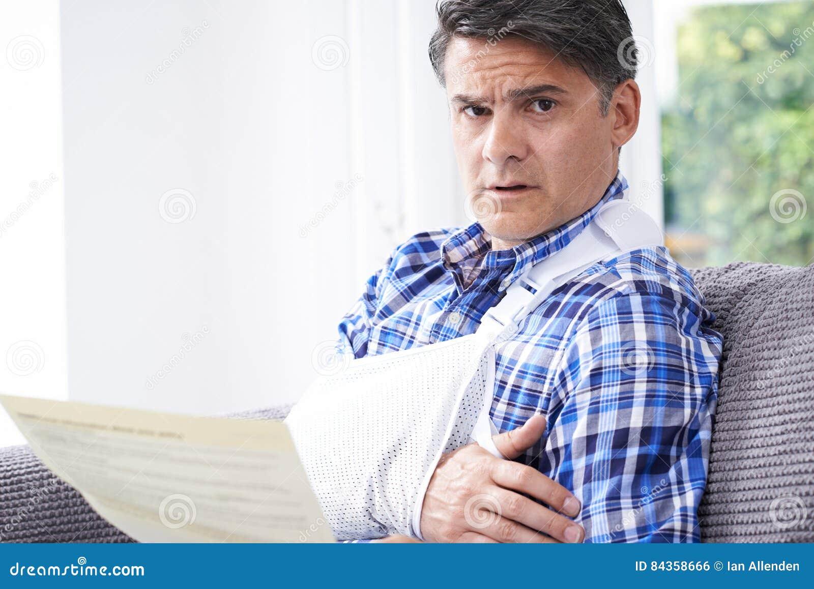 Reifer Mann-Lesebuchstabe über Verletzung