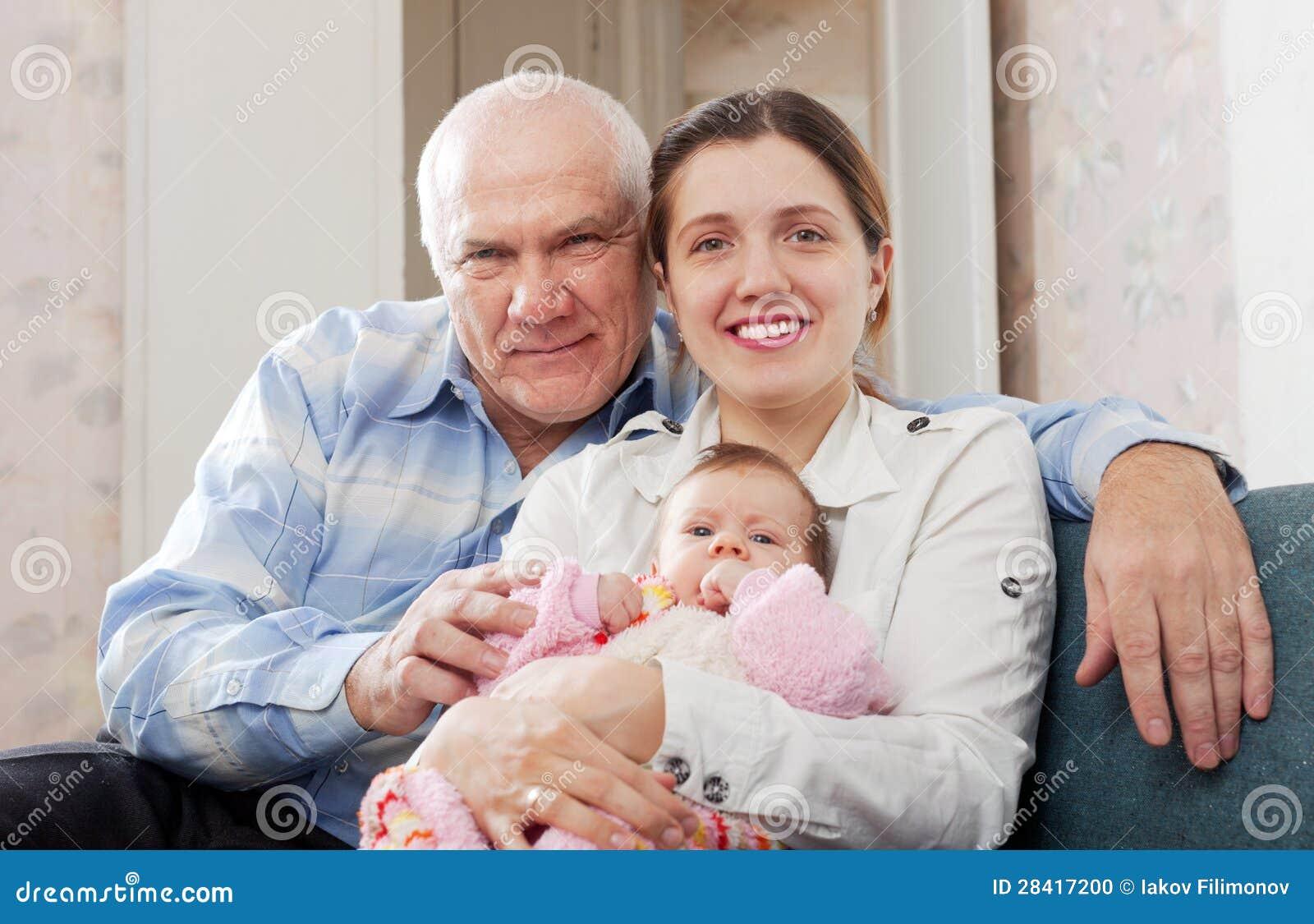 Reifer Mann Und Junge Frau Mit Schätzchen Stockfoto - Bild