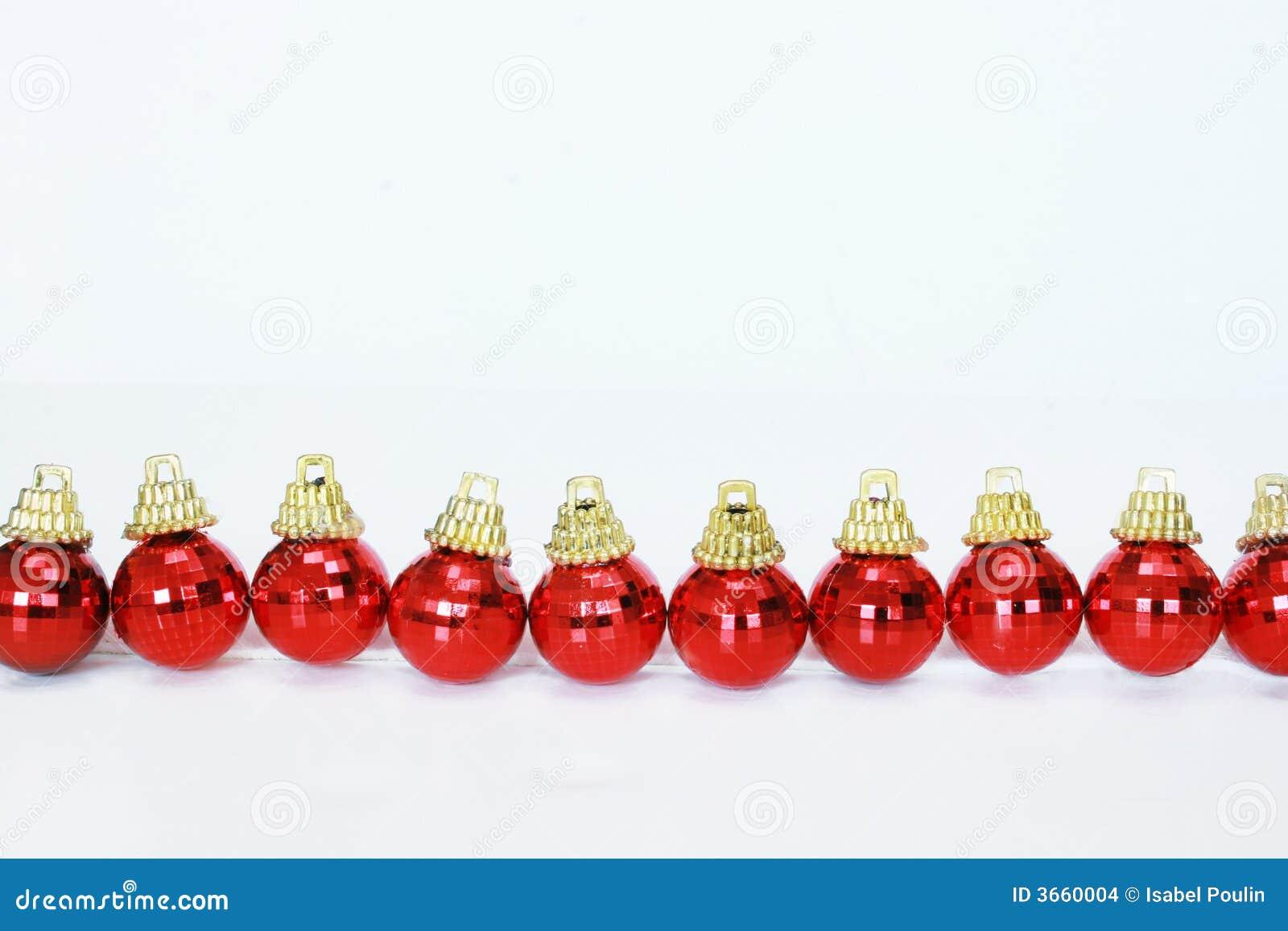 reihe der roten weihnachtskugeln stockfoto bild von wei. Black Bedroom Furniture Sets. Home Design Ideas