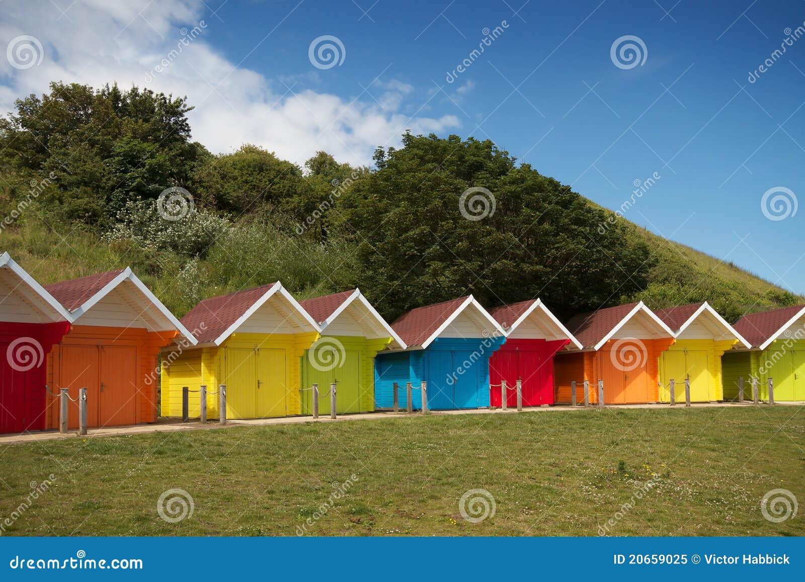 Reihe der Strandhütten am hellen Sommertag