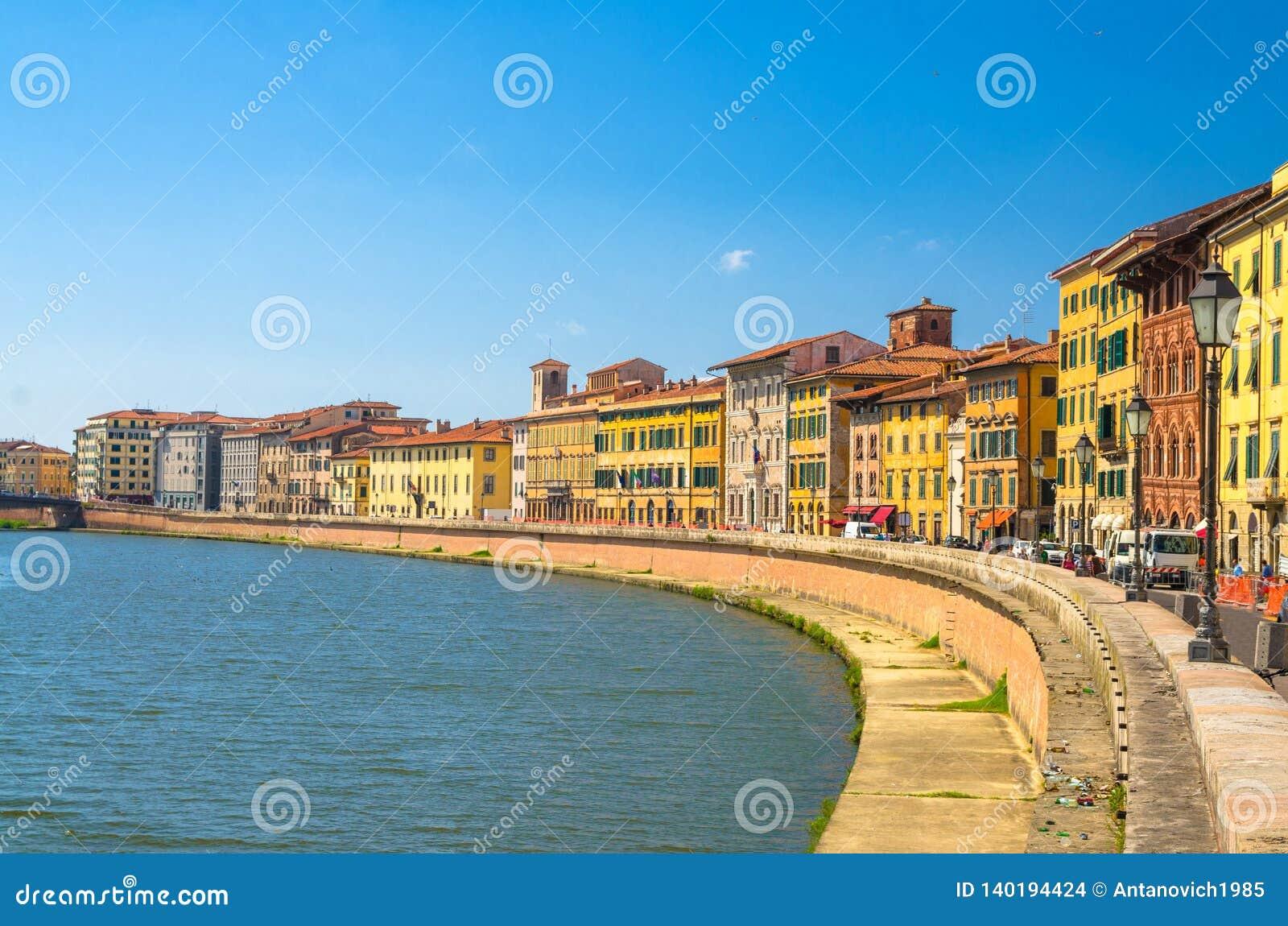 Reihe von alten bunten Gebäudehäusern auf Dammpromenade von der Arno-Fluss in der historischen Mitte von Pisa