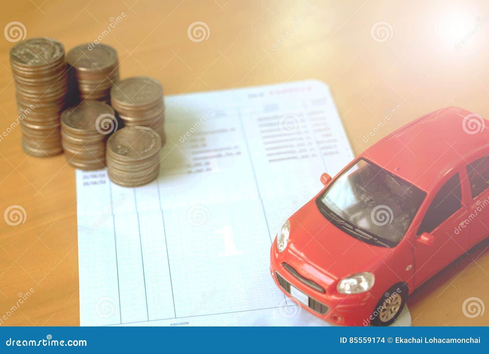Reihe von Münzen auf Geschäftsbuch und Auto auf Finanzkonzept