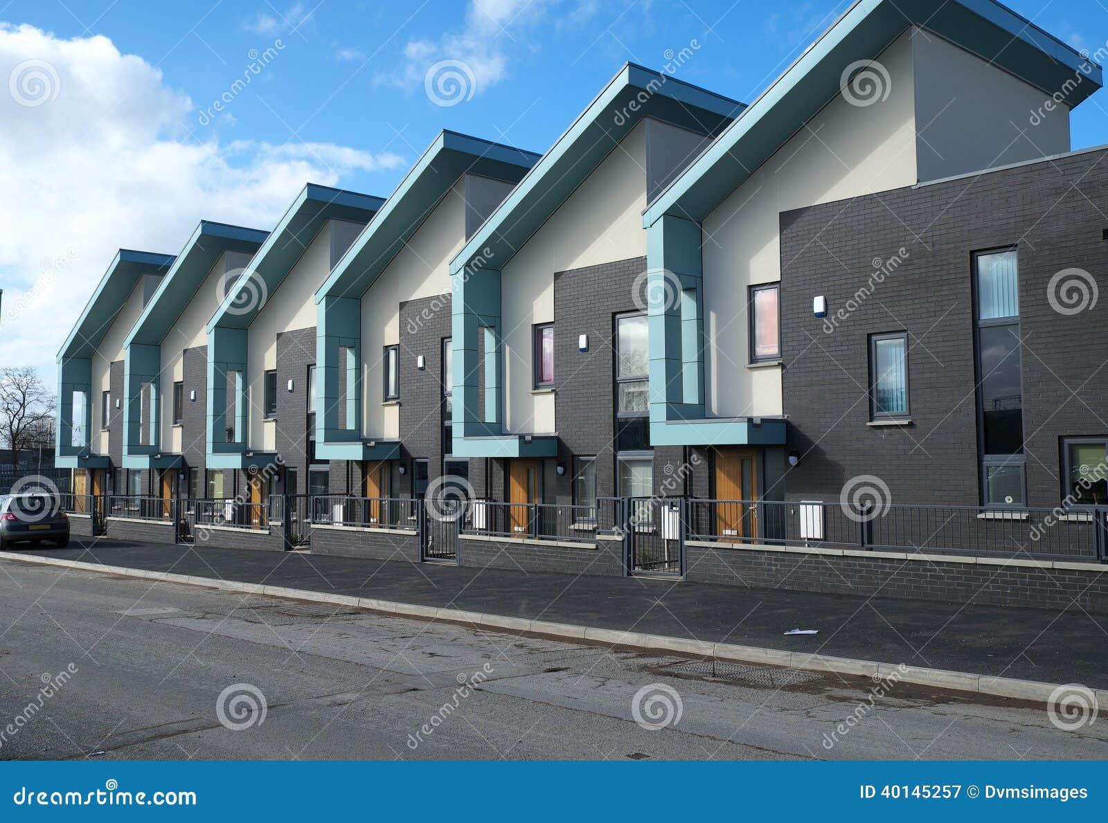 Reihe von modernen Häusern stockbild. Bild von terraced - 40145257
