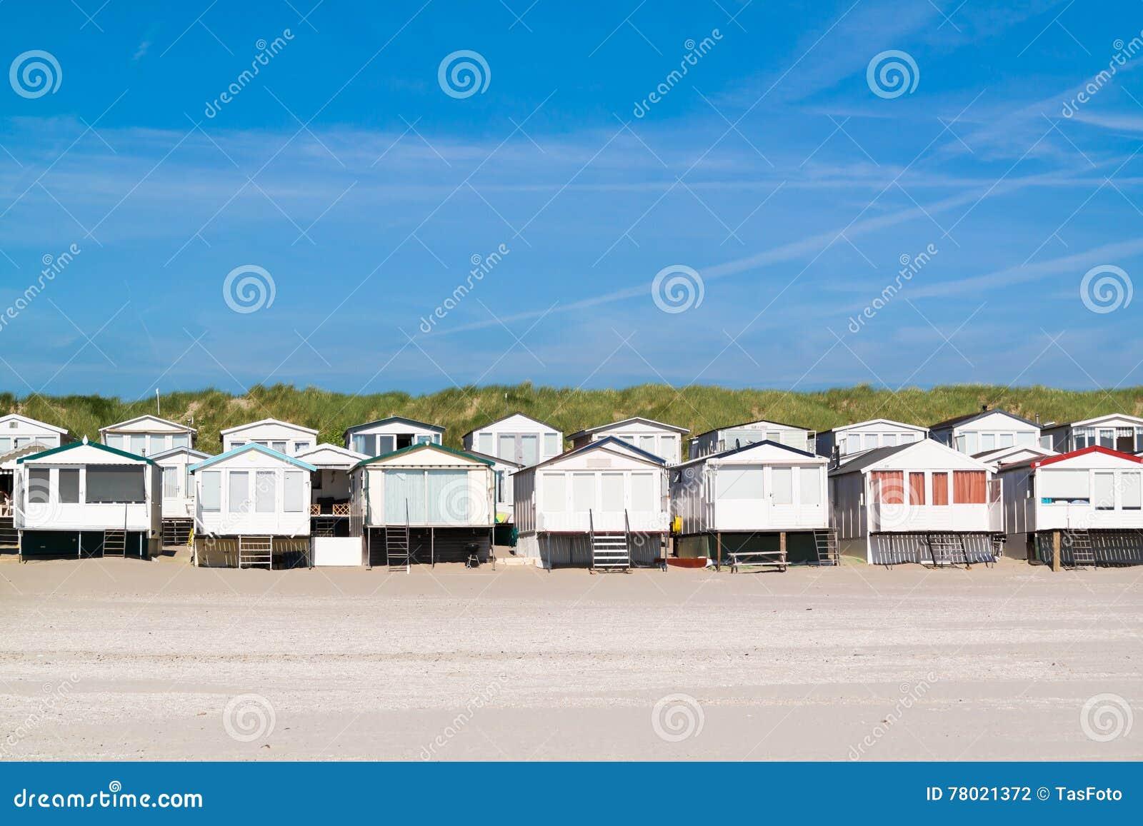 Reihe von strandhäusern die niederlande redaktionelles stockfotografie