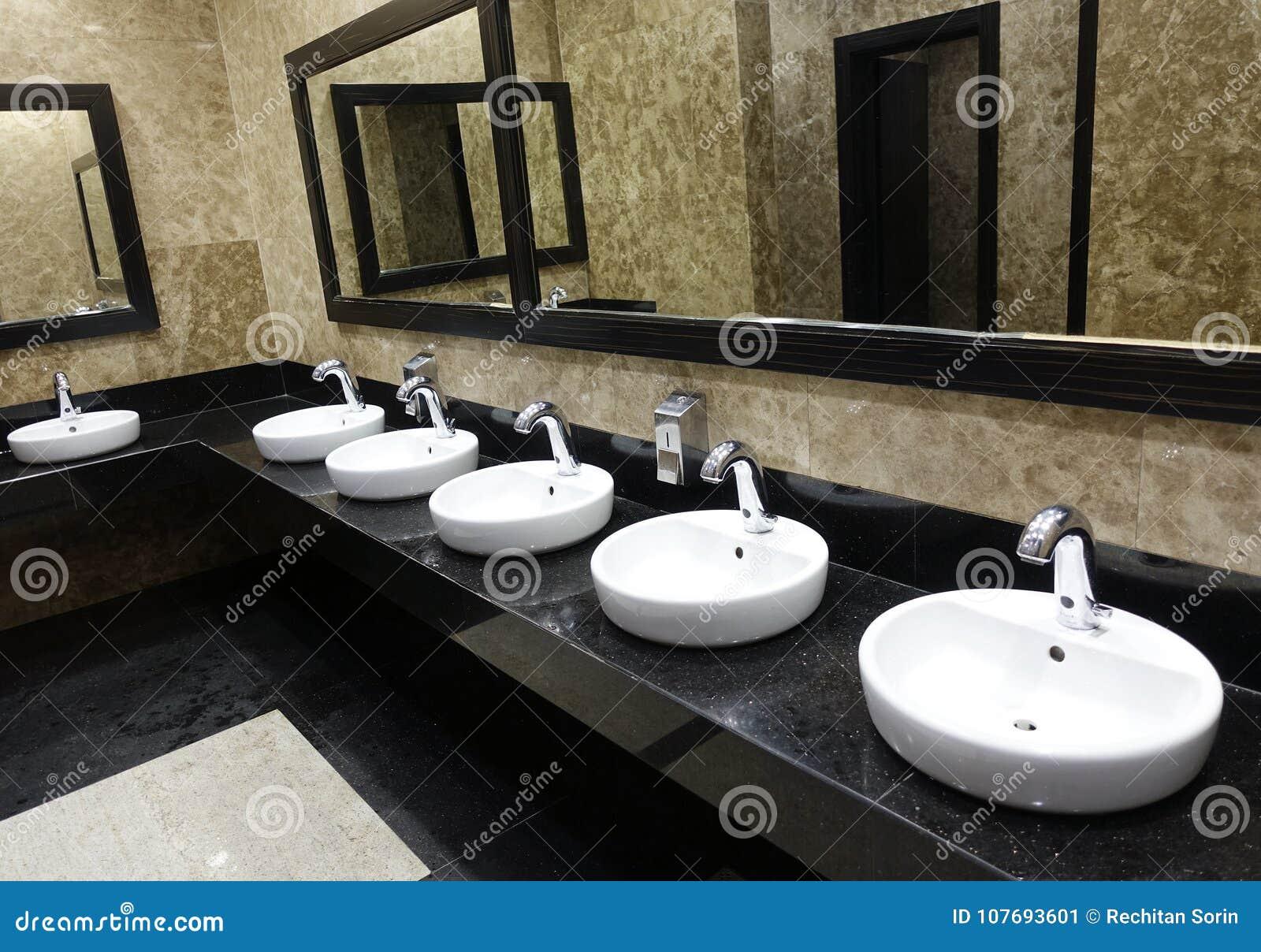waschbecken toilette finest bad wc und waschbecken mockup nahaufnahme blick auf weie toilette. Black Bedroom Furniture Sets. Home Design Ideas