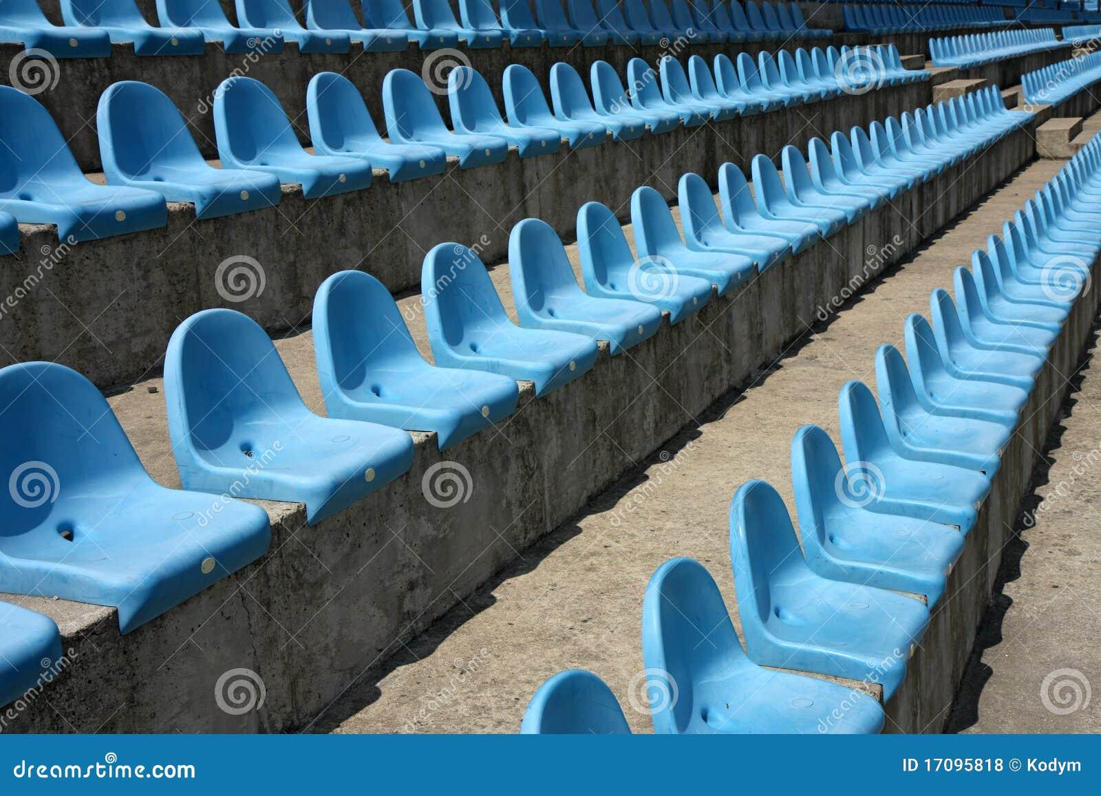 Reihen der leeren Plastiksitze in einem Stadion