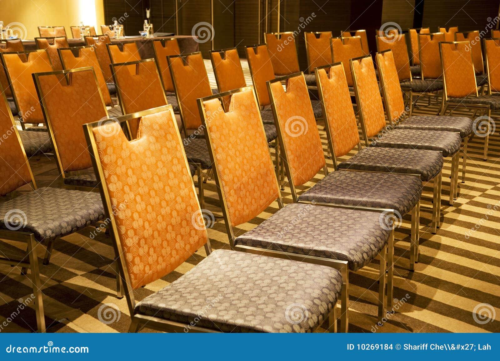 Reihen der Stühle