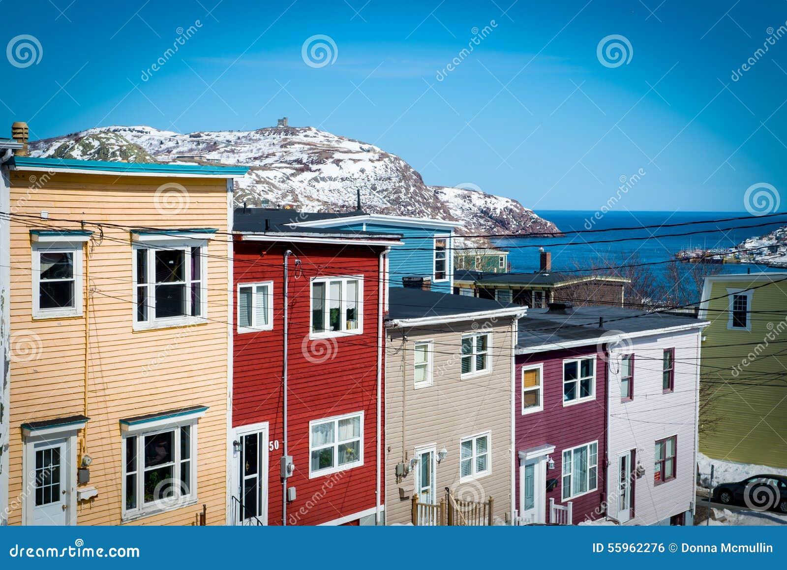 Reihen-Häuser in im Stadtzentrum gelegenem Johannes, Neufundland Kanada Show-Signal-Hügel und der Atlantik