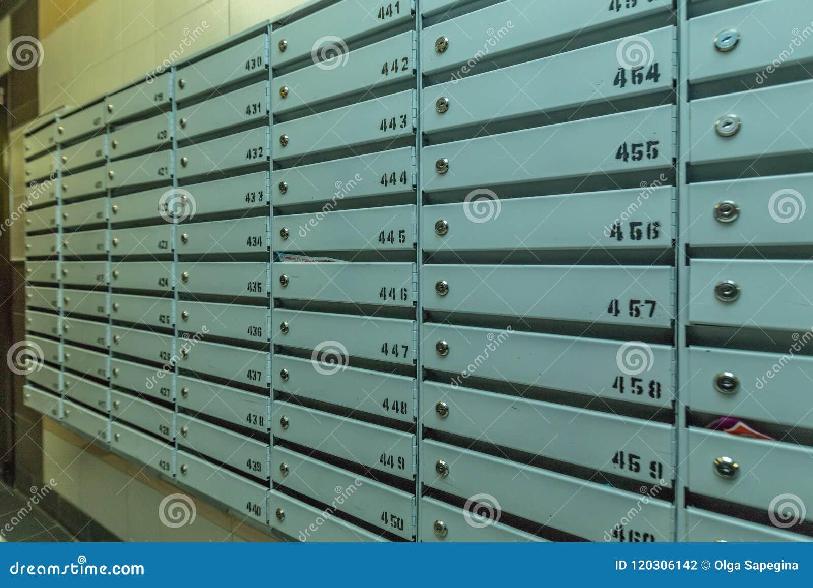 Reihen von Metallbriefkästen