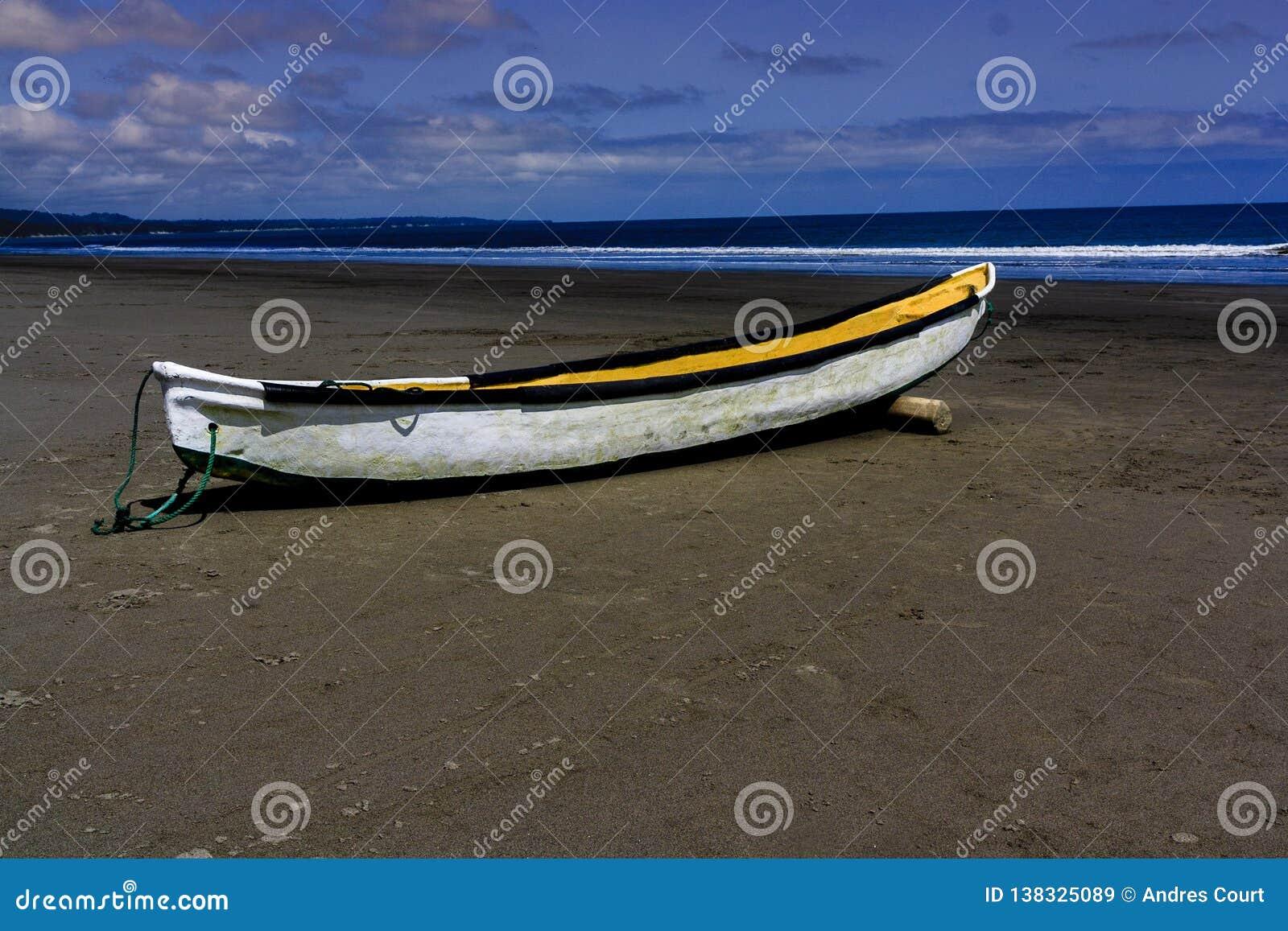 Reihenboot gefunden in einem Strand