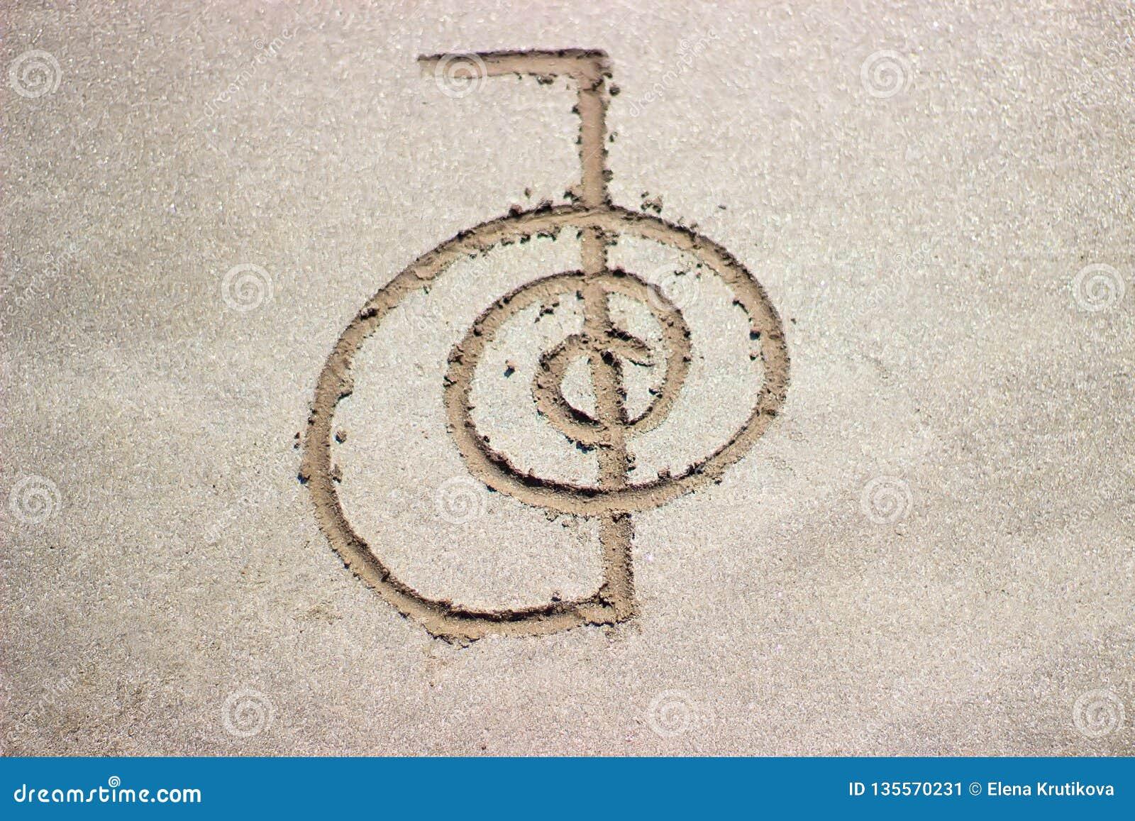 Reiki som läker rei för symbolchoku på sand