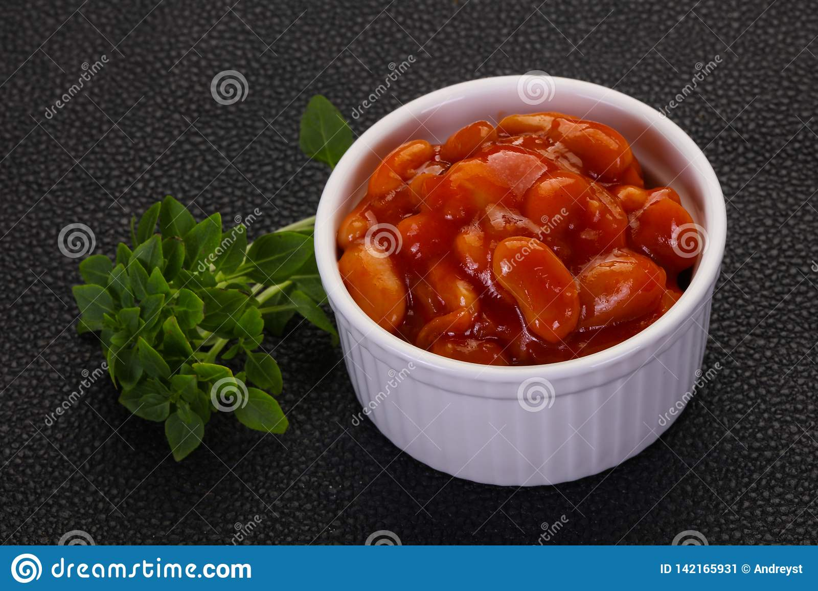 Rein cuit au four avec la sauce tomate