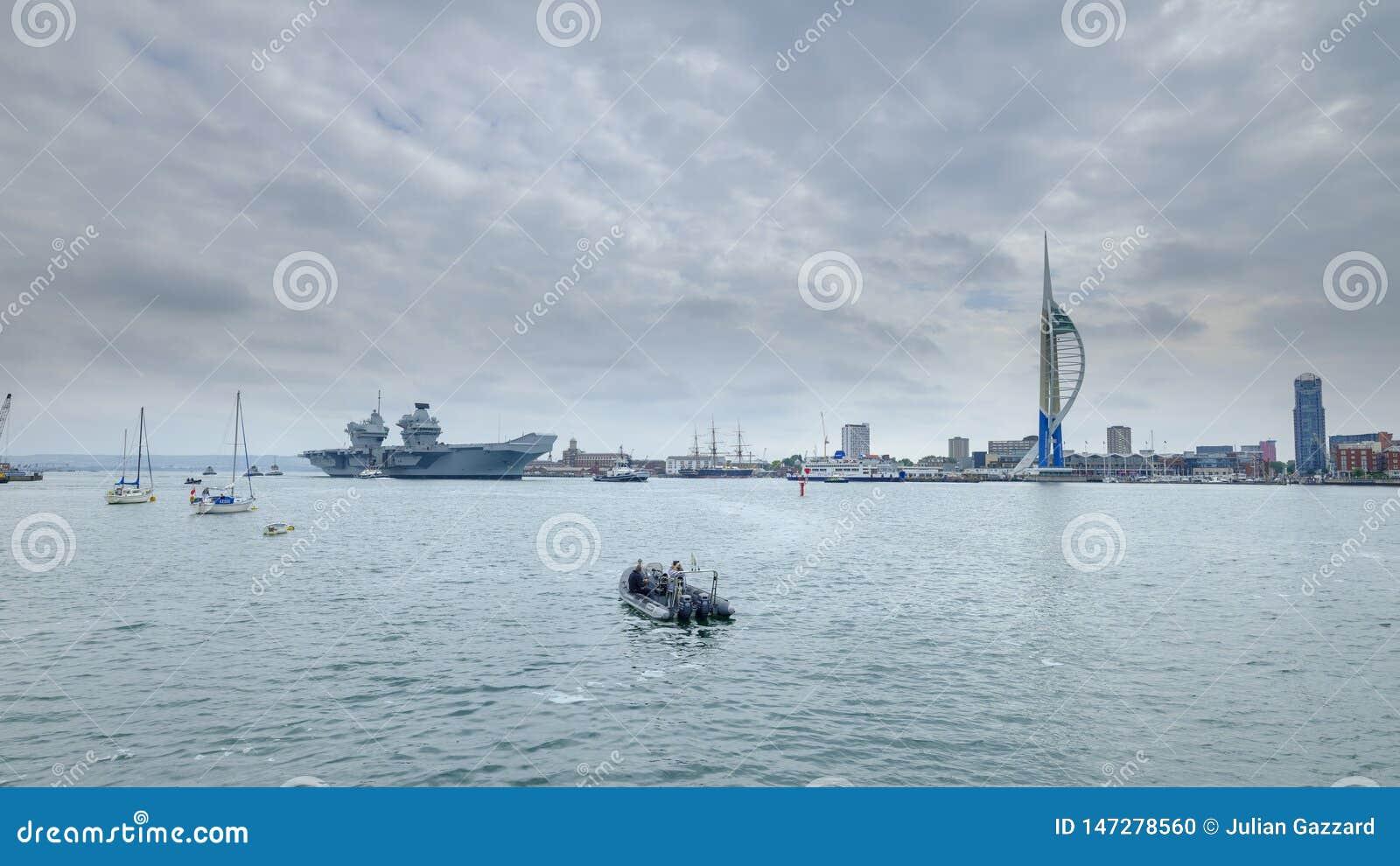 REINA ELIZABETH - el Royal Navy  el ?del HMS buque de guerra m?s nuevo y m?s grande de s nunca - velas de Portsmouth para solamen