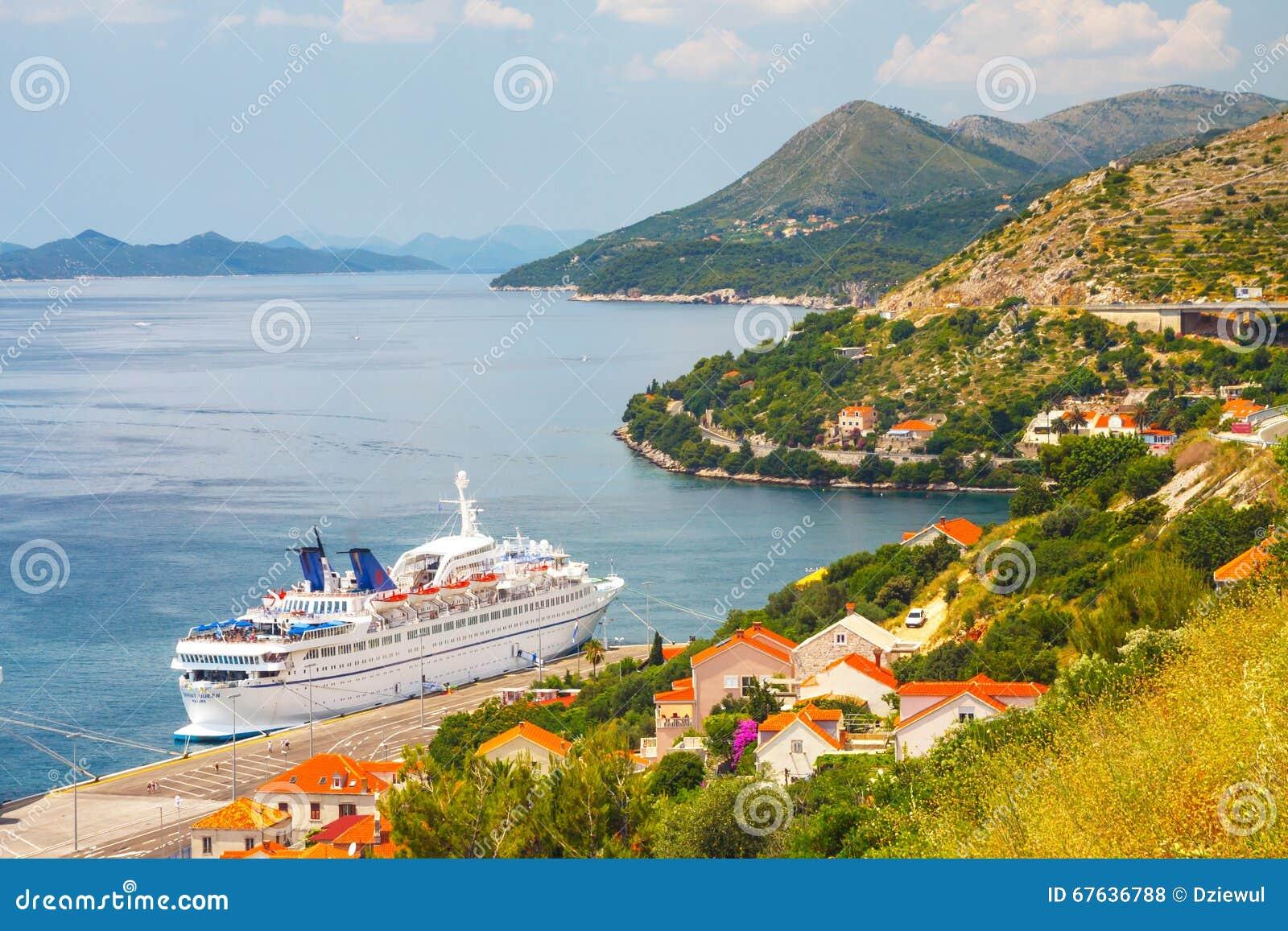 Reina grande de Oriente de la nave que cruza en la ciudad croata Dubrovnik