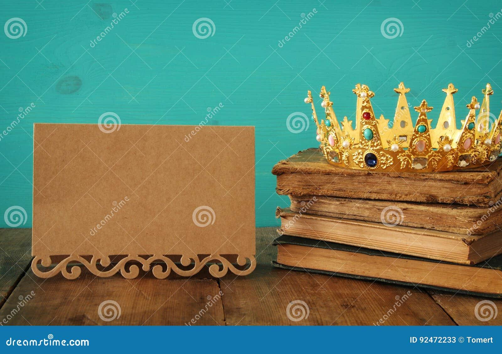 Reine/couronne de roi sur le vieux livre Vintage filtré période médiévale d imagination