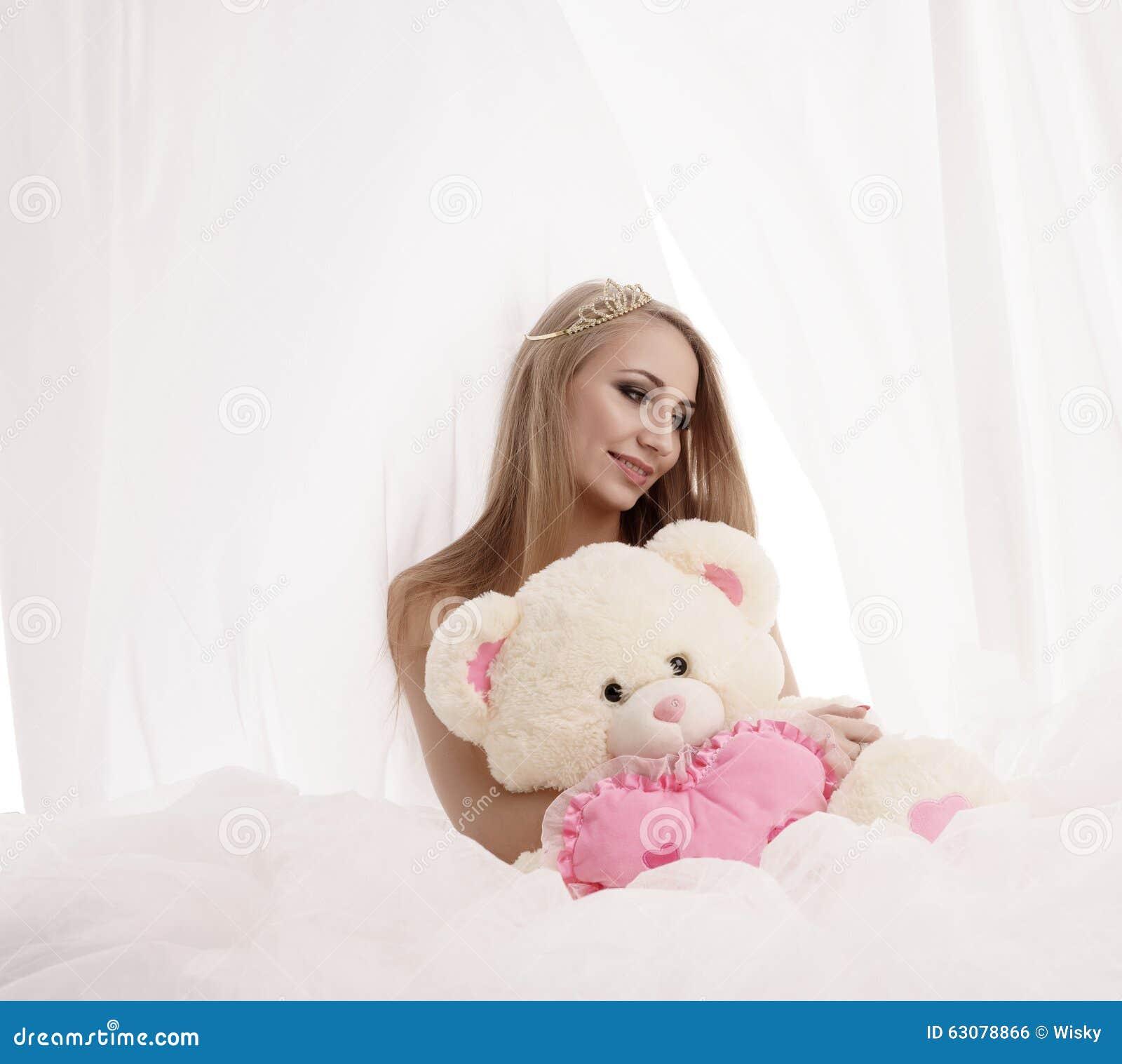 Download Reine De Beauté Posant Avec L'ours De Nounours De Peluche Photo stock - Image du coquette, attrayant: 63078866