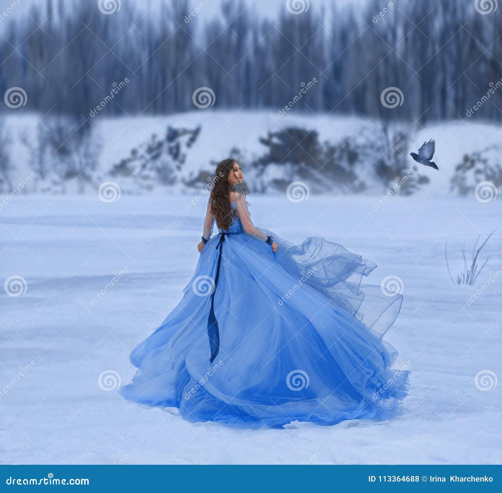 Reine de neige dans une robe luxueuse et luxuriante avec un long train Une fille marche sur un lac congelé couvert de neige Un oi