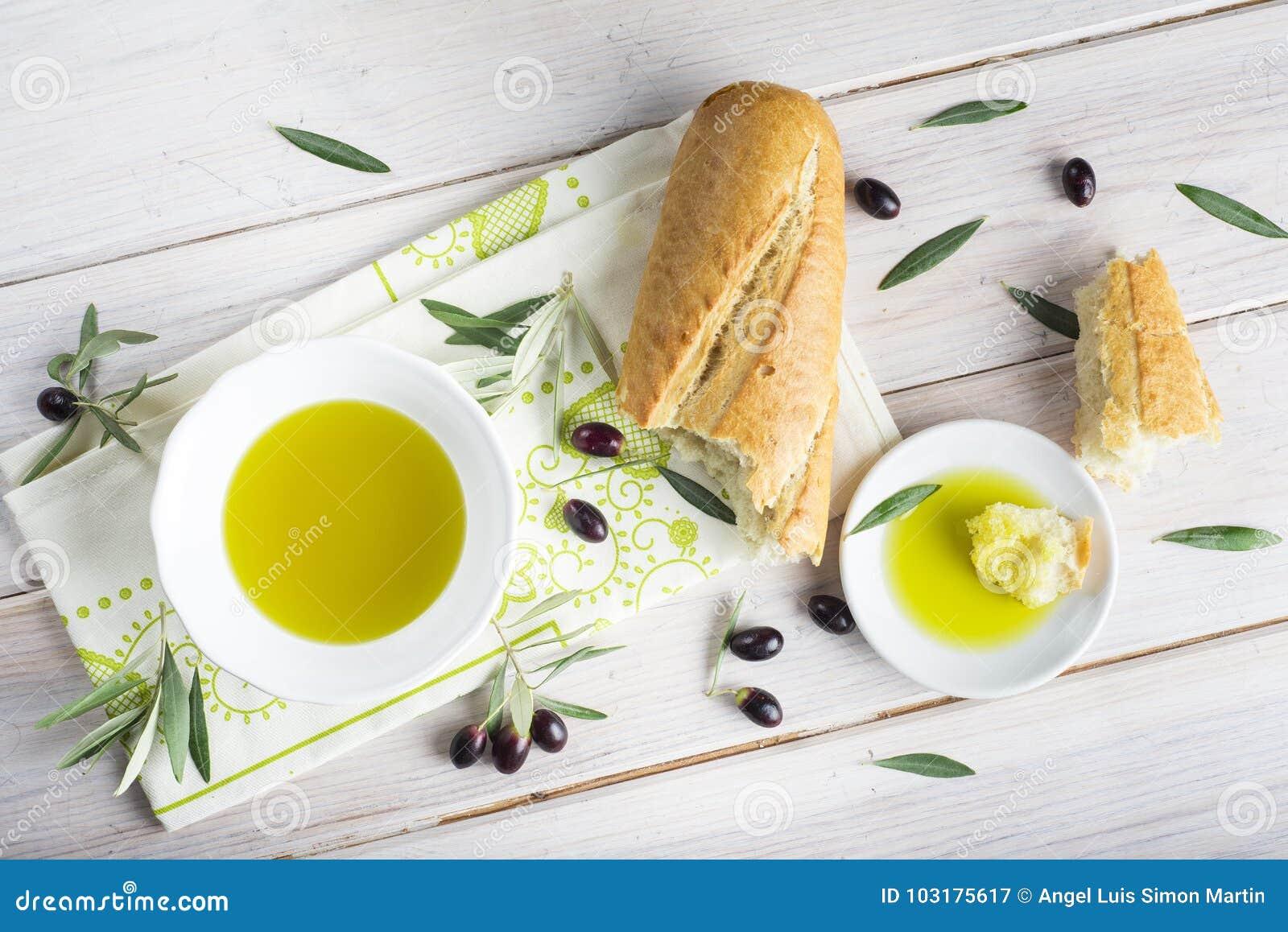 Reines Extraolivenöl mit Brot