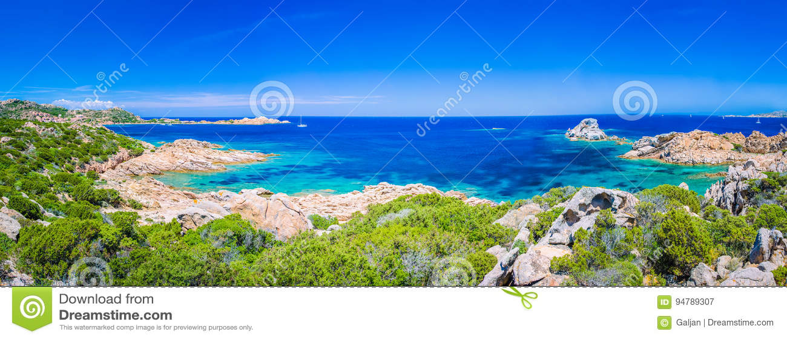 Reines klares azurblaues Meerwasser und erstaunliche Felsen auf Küste von Maddalena-Insel, Sardinien, Italien