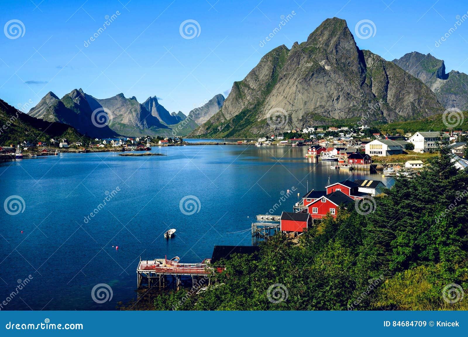 Reinestad in Lofoten, Noorwegen, in de zomer