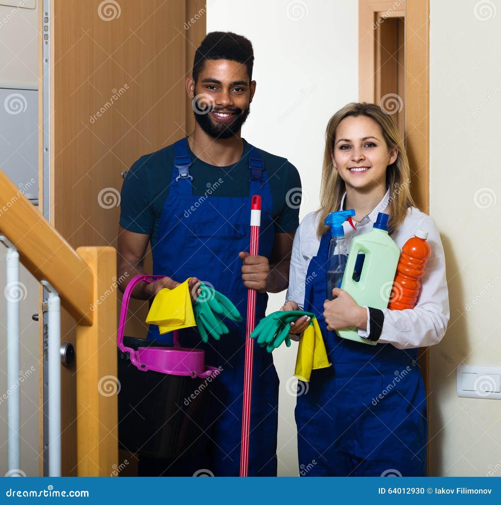 Reiniger in den einheitlichen Reinigern, die am Hauseingang stehen