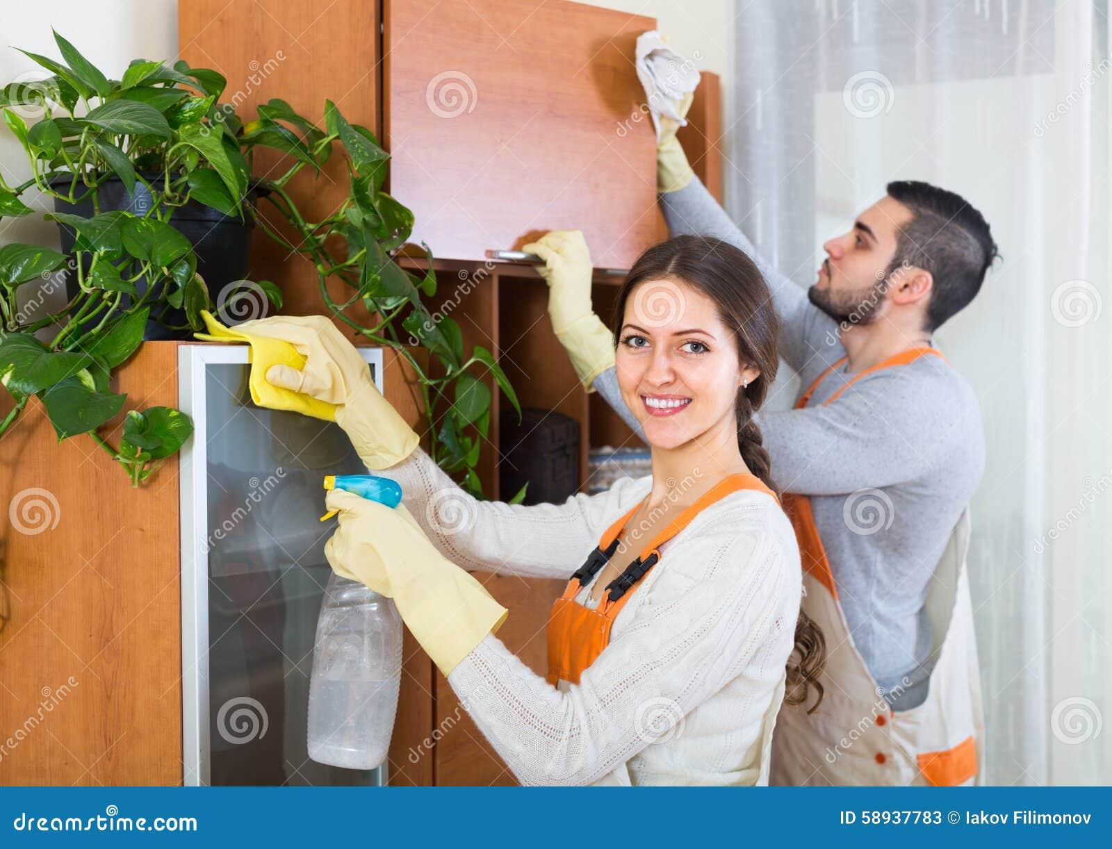 Reiniger, die in Raum säubern
