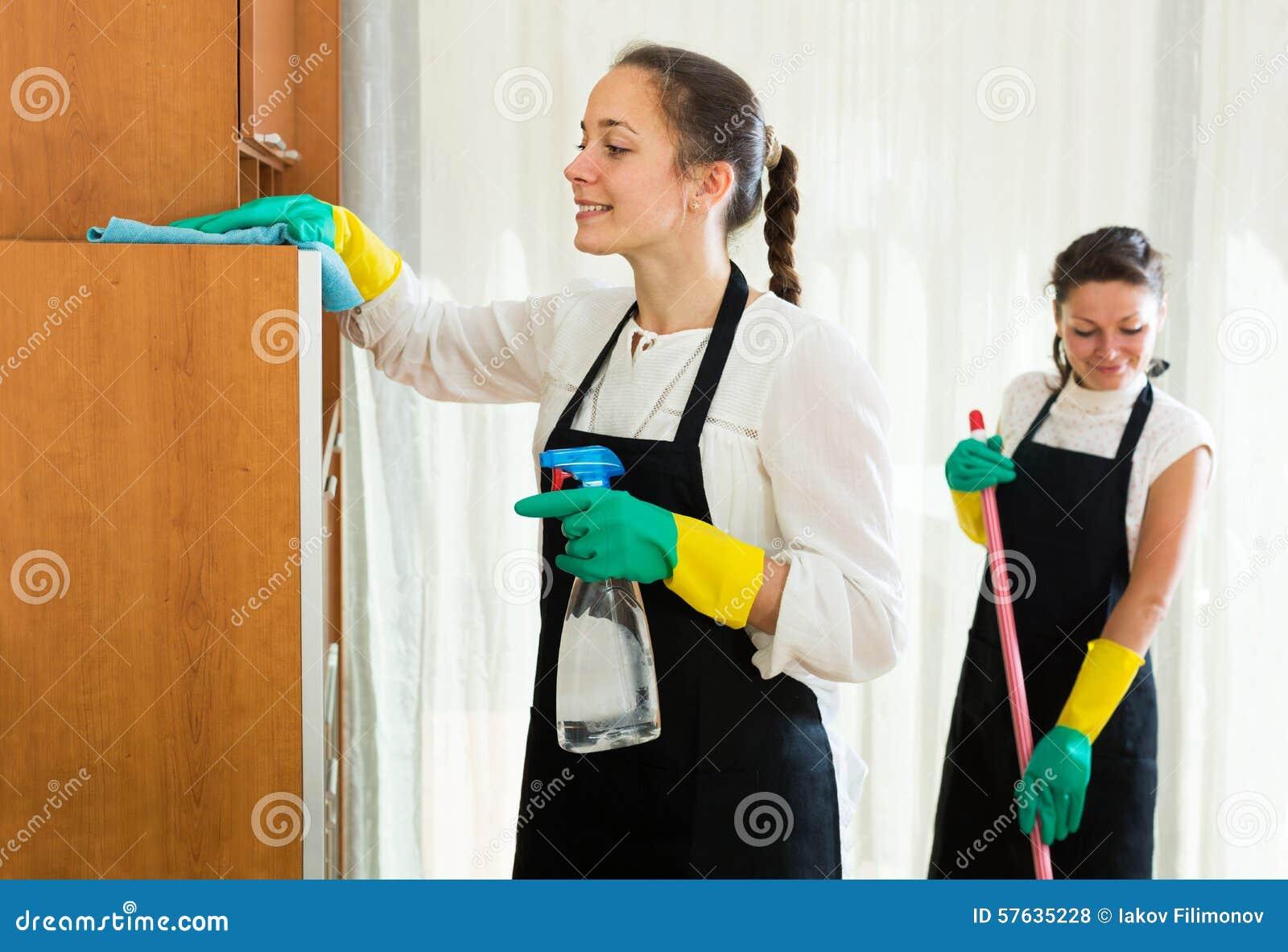 Reiniger, die Wohnung waschen